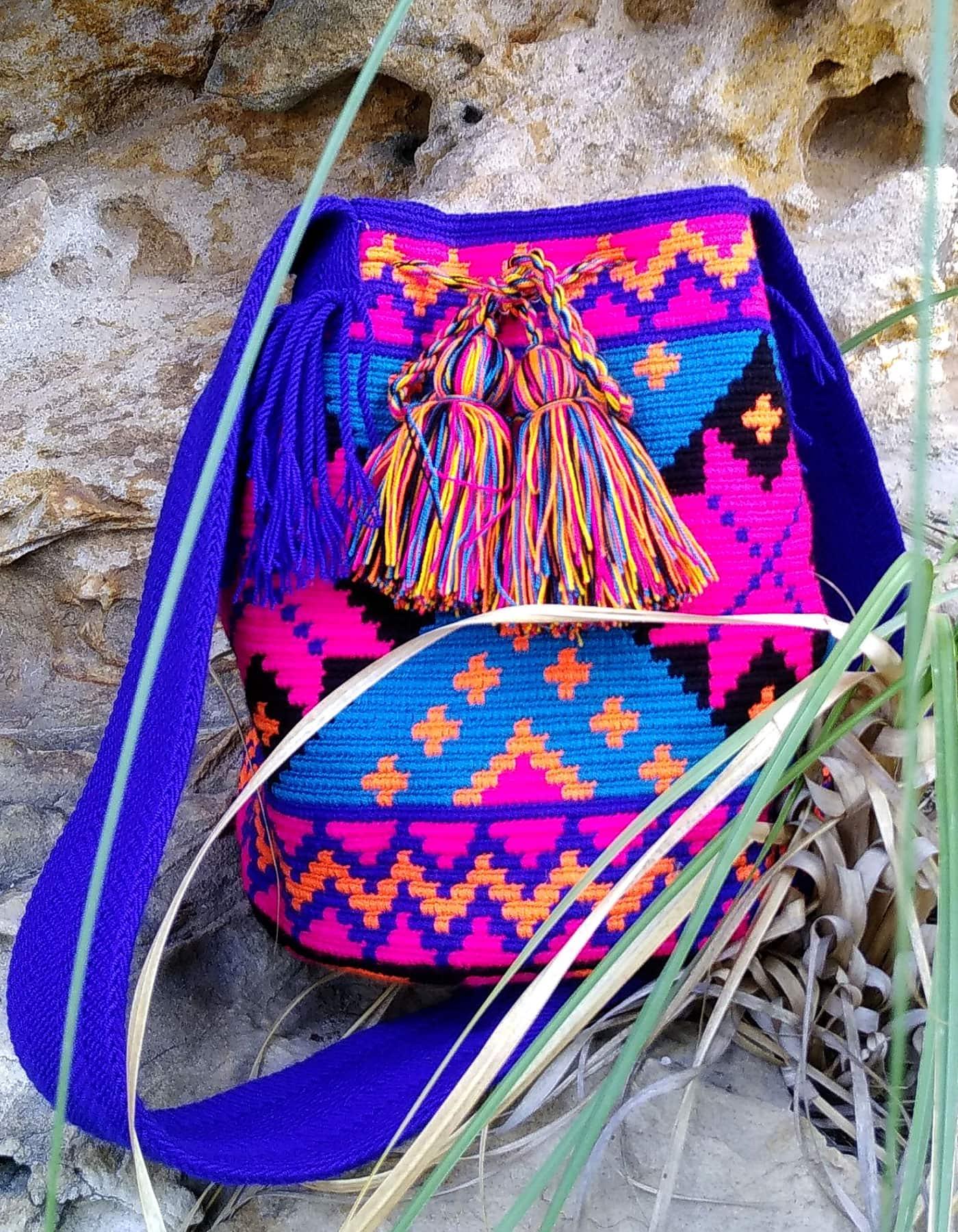 Bolso Wayuu Artesanal, Auténtico y Original (sólo 1 igual) con motivos tribales, azul, azul oscuro, cian, naranja claro y negro C