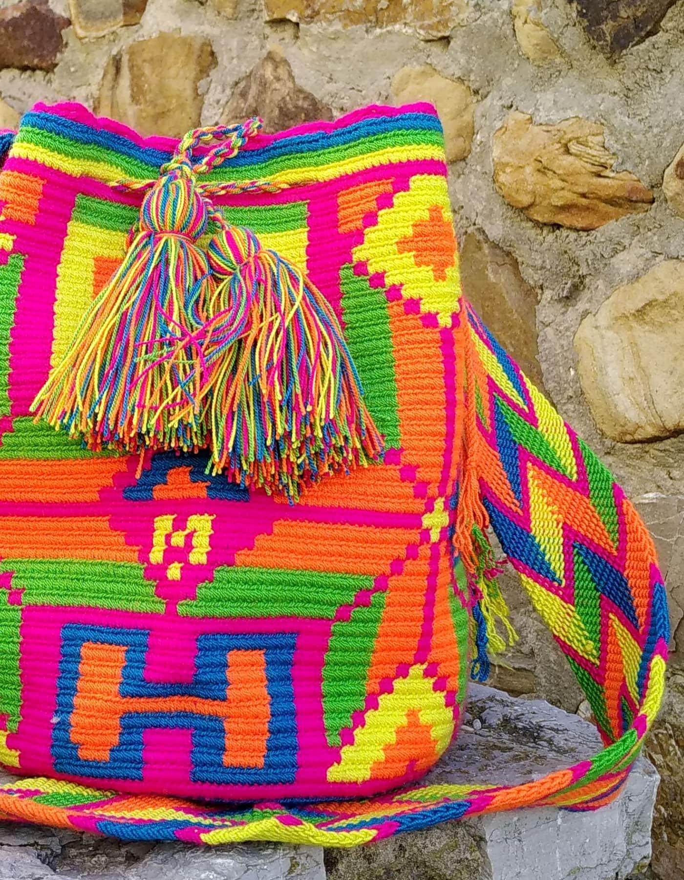 Bolso Wayuu Artesanal, Auténtico y Original (sólo 1 igual) con motivos tribales en naranja, rosa, verde, azul y amarillo A
