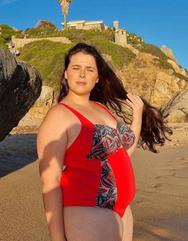 Bañador talla grande estampado con fondo rojo y broche bañado en oro Maryssil-A