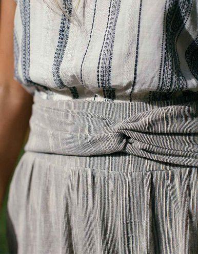 Pantalón capri blanco, gris o salmón cremalleras laterales y anudado decorativo en cintura Batiche-B