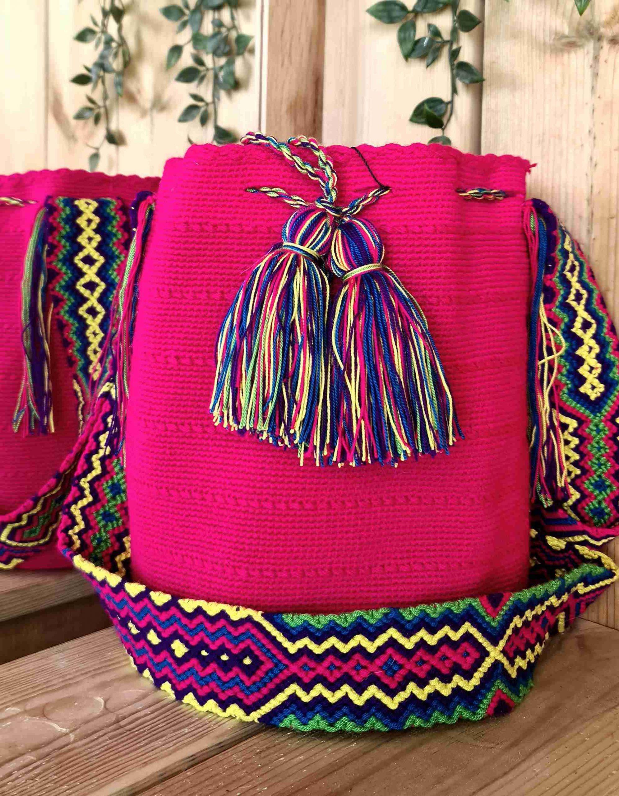 Bolso Wayuu Original Auténtico (sólo 1 igual), color rosa oscuro con correa rosa, amarillo y verde.