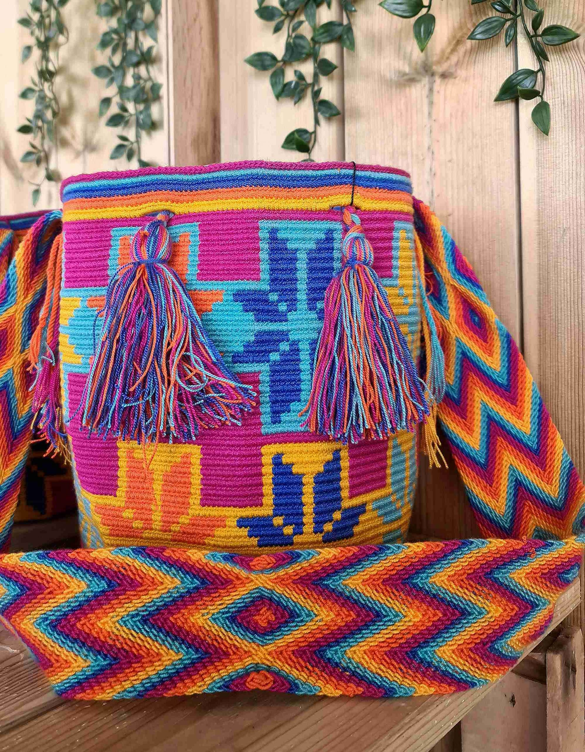 Bolso Wayuu Original Auténtico (sólo 1 igual) con motivos tribales color rosa oscuro, azul, mostaza y naranja