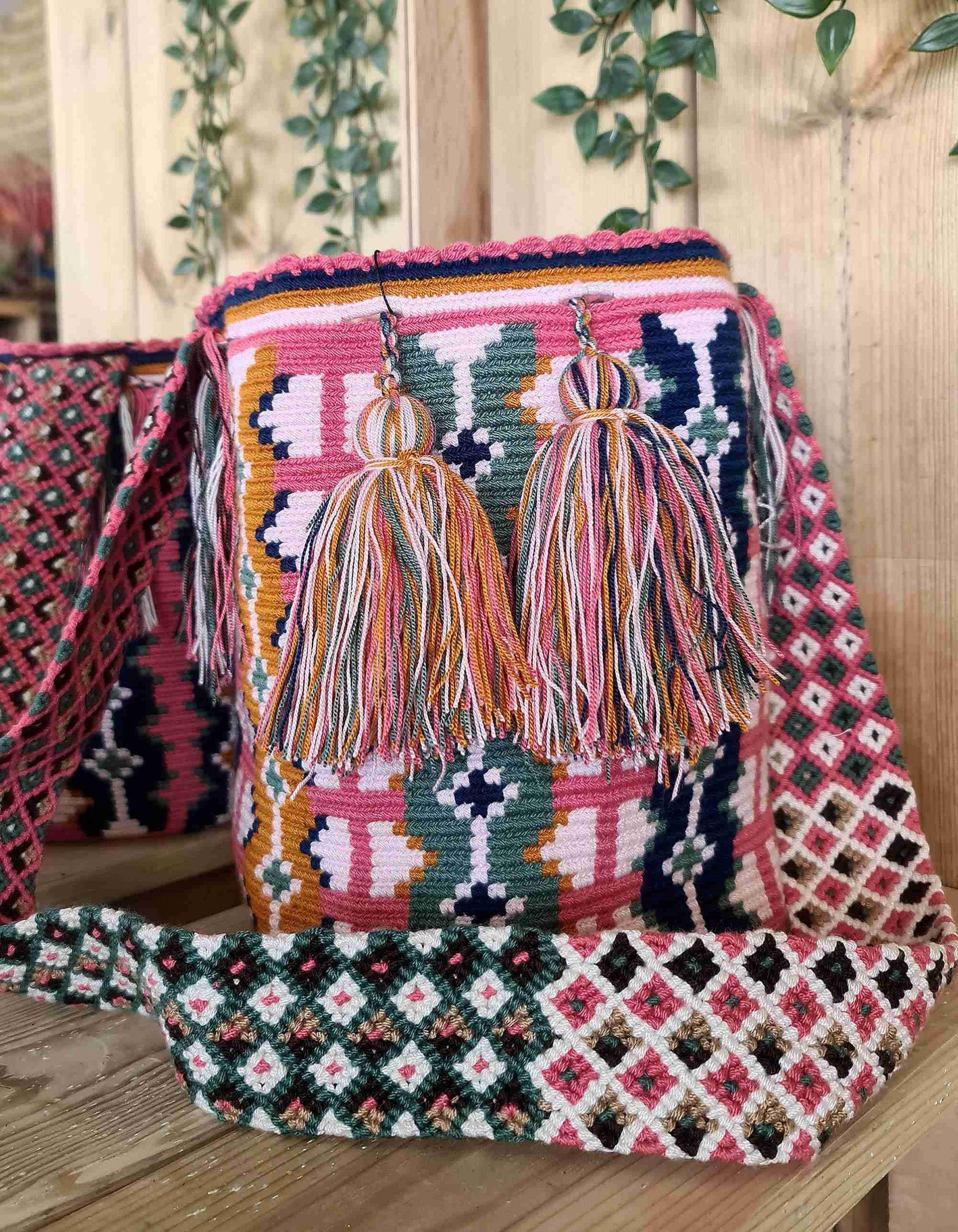 Bolso Wayuu Original Auténtico (sólo 1 igual) con motivos tribales color salmón, azul oscuro, mostaza y verde