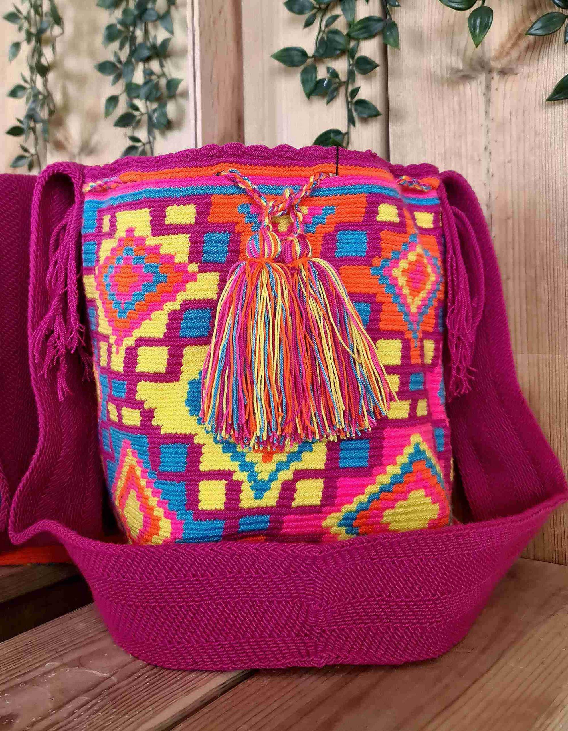 Bolso Wayuu Original Auténtico (sólo 1 igual) con motivos tribales color rosa oscuro, naranja, amarillo, azul y correa rosa oscuro