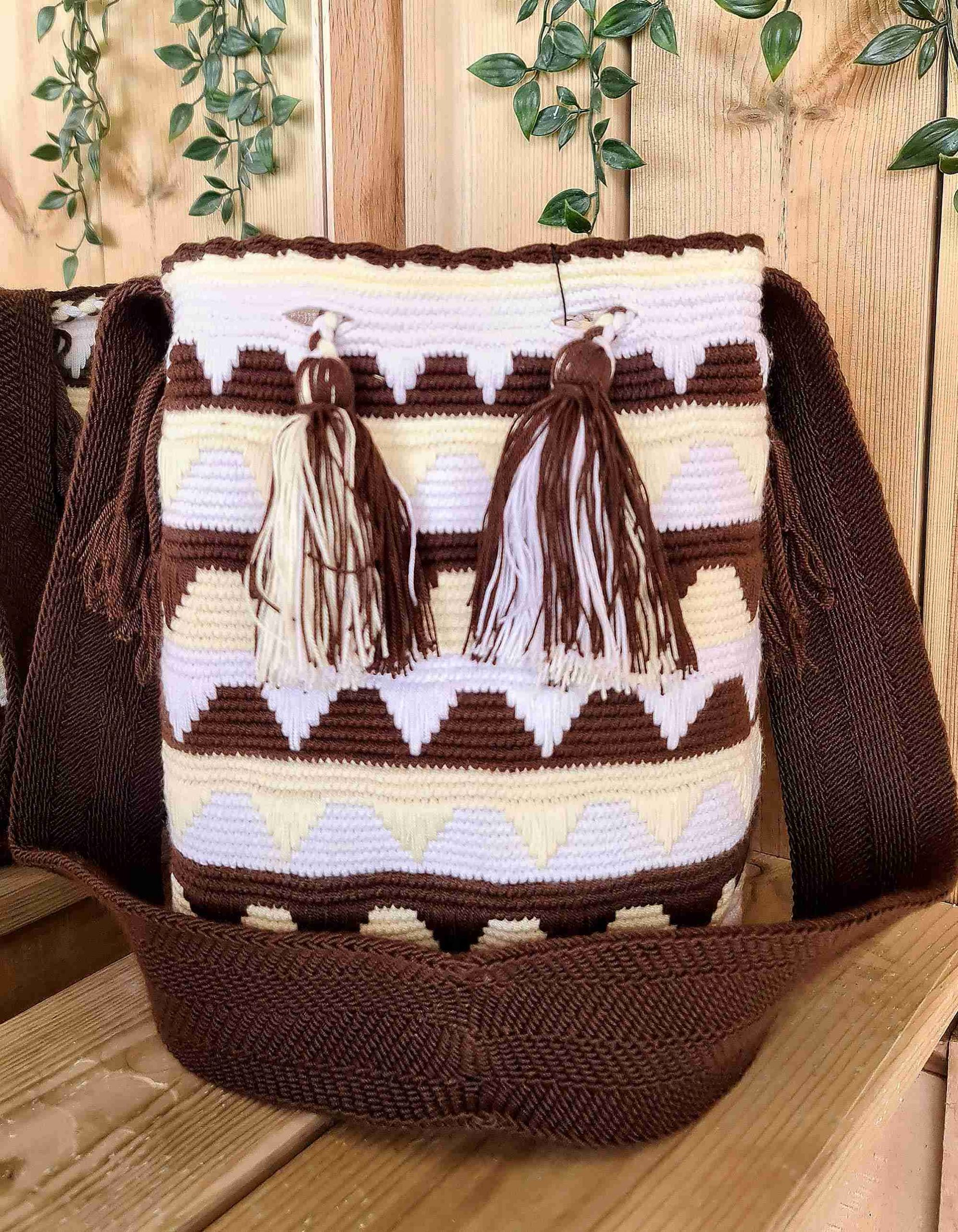 Bolso Wayuu Original Auténtico (sólo 1 igual) con motivos tribales color marrón, blanco, amarillo y correa marrón